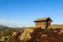 Καμπίνα επιβίωσης στο βουνό κοντά σε Trolltunga σε Odda, Νορβηγία Στοκ Φωτογραφίες