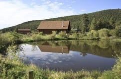 Καμπίνα κούτσουρων από τη λίμνη Στοκ Φωτογραφίες