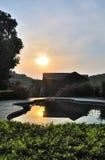 Καμπίνα κούτσουρων στον ήλιο όταν αυξάνεται ο ήλιος Στοκ φωτογραφία με δικαίωμα ελεύθερης χρήσης