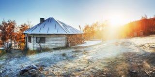 Καμπίνα στα βουνά το χειμώνα ομίχλη μυστήρια Στοκ εικόνες με δικαίωμα ελεύθερης χρήσης