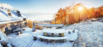 Καμπίνα στα βουνά το χειμώνα ομίχλη μυστήρια Στοκ φωτογραφία με δικαίωμα ελεύθερης χρήσης