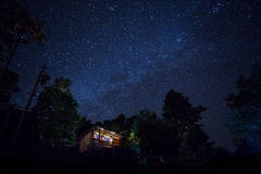 Καμπίνα στην έναστρη νύχτα στο moutain Στοκ Φωτογραφίες