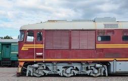 Καμπίνα του σύγχρονου ρωσικού ηλεκτρικού τραίνου Πλάγια όψη του κεφαλιού του τραίνου σιδηροδρόμων με πολλά ρόδες και παράθυρα υπό Στοκ Φωτογραφίες