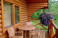 Καμπίνες διακοπών Pocahontas, Αλμπέρτα/Καναδάς - 2 Σεπτεμβρίου 2016: Πίνακας, καρέκλες, λουλούδια στο μέρος της ξύλινης καμπίνας  Στοκ εικόνες με δικαίωμα ελεύθερης χρήσης