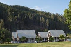 Καμπίνες στο πράσινο τοπίο διακοπών θερινών βουνών στοκ εικόνα με δικαίωμα ελεύθερης χρήσης