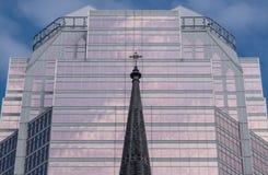 Καμπαναριό εκκλησιών μπροστά από το μοντέρνο σύγχρονο κτίριο γραφείων Στοκ φωτογραφία με δικαίωμα ελεύθερης χρήσης