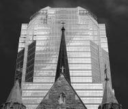 Καμπαναριό εκκλησιών μπροστά από το μοντέρνο σύγχρονο κτίριο γραφείων Στοκ Εικόνες