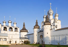Καμπαναριό, ο ιερός Γκέιτς και η εκκλησία αναζοωγόνησης με το καμπαναριό στο τετράγωνο καθεδρικών ναών του Κρεμλίνου του Ροστόφ V Στοκ Εικόνες