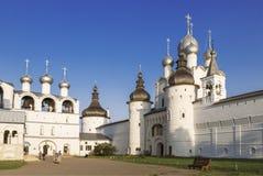 Καμπαναριό, ο ιερός Γκέιτς και η εκκλησία αναζοωγόνησης με το καμπαναριό στο τετράγωνο καθεδρικών ναών του Κρεμλίνου του Ροστόφ V Στοκ φωτογραφία με δικαίωμα ελεύθερης χρήσης