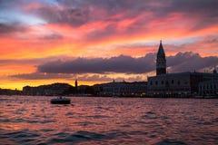 Καμπαναριό του ST Mark ` s στο ηλιοβασίλεμα, Βενετία Στοκ Εικόνες