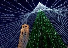 Καμπαναριό χριστουγεννιάτικων δέντρων και καθεδρικών ναών σε Vilnius τη νύχτα Στοκ φωτογραφία με δικαίωμα ελεύθερης χρήσης
