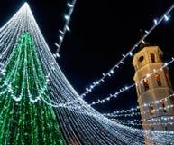 Καμπαναριό χριστουγεννιάτικων δέντρων και καθεδρικών ναών σε Vilnius Στοκ Φωτογραφίες