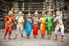 Καμποτζηανοί στο εθνικό φόρεμα θέτουν για τους τουρίστες, Καμπότζη Στοκ Εικόνα
