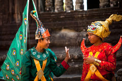 Καμποτζηανοί στο εθνικό φόρεμα θέτουν σε Angkor Wat Στοκ Φωτογραφίες