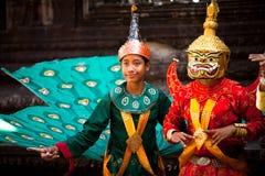 Καμποτζηανοί στο εθνικό φόρεμα θέτουν σε Angkor Wat Στοκ Εικόνες