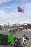 Καμποτζιανή σημαία στη Πνομ Πενχ Στοκ φωτογραφία με δικαίωμα ελεύθερης χρήσης