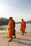 Καμποτζιανοί μοναχοί που χαμογελούν και που περπατούν στο ναό Angkor Wat Στοκ Φωτογραφία