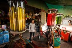 καμποτζιανός ζωηρόχρωμος σταθμός αντλιών αερίου Στοκ Φωτογραφίες