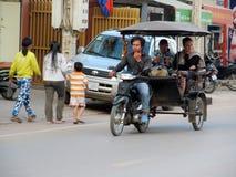 Καμποτζιανός οδηγός δίτροχων χειραμαξών που εργάζεται στην οδό στοκ φωτογραφία