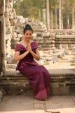 Καμποτζιανό κορίτσι στη Khmer συνεδρίαση φορεμάτων στο πεζούλι των ελεφάντων στην πόλη Angkor Στοκ Φωτογραφία