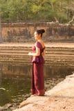 Καμποτζιανό κορίτσι στις Khmer στάσεις φορεμάτων από μια ομάδα του νερού σε Angkor Thom Στοκ φωτογραφία με δικαίωμα ελεύθερης χρήσης
