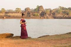 Καμποτζιανό κορίτσι στο Khmer φόρεμα από την τάφρο σε Angkor Wat Στοκ Εικόνα
