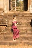 Καμποτζιανό κορίτσι στο Khmer φόρεμα που αναρριχείται στα σκαλοπάτια στο πεζούλι των ελεφάντων στην πόλη Angkor Στοκ φωτογραφία με δικαίωμα ελεύθερης χρήσης