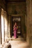 Καμποτζιανό κορίτσι στο Khmer φόρεμα που στέκεται στο ναό Bayon στην πόλη Angkor Στοκ εικόνες με δικαίωμα ελεύθερης χρήσης