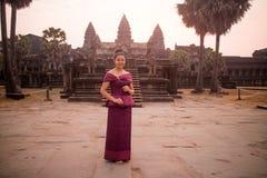 Καμποτζιανό κορίτσι στο Khmer φόρεμα σε Angkor Wat Στοκ Εικόνες