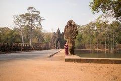Καμποτζιανό κορίτσι στο Khmer φόρεμα στη νότια πύλη Angkor Thom Στοκ φωτογραφίες με δικαίωμα ελεύθερης χρήσης