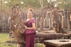 Καμποτζιανό κορίτσι στο Khmer φόρεμα στο ναό Bayon στην πόλη Angkor Στοκ εικόνες με δικαίωμα ελεύθερης χρήσης