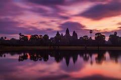 Καμποτζιανό ορόσημο Wat Angkor - στην ανατολή Στοκ εικόνες με δικαίωμα ελεύθερης χρήσης