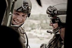 Καμπούλ, Αφγανιστάν - 14 Μαρτίου 2011 Λεγεωνάριοι πρίν πετά σε ένα ελικόπτερο κατά τη διάρκεια της επιχείρησης μάχης Στοκ Φωτογραφίες