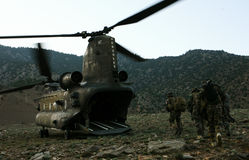 Καμπούλ, Αφγανιστάν - circa, 2011 Τα ελικόπτερα παίρνουν μια ομάδα λεγεωναρίων μετά από να πραγματοποιήσουν την αποστολή τους Στοκ εικόνα με δικαίωμα ελεύθερης χρήσης