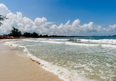 Καμπότζη λιμνοθάλασσα, παραλία, άμμος, θαλάσσιο νερό και ζούγκλα στοκ φωτογραφία