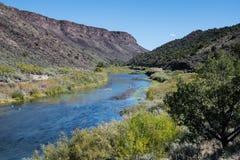 Καμπύλες ποταμών του Rio Grande μέσω του φαραγγιού του Rio Grande στο βόρειο Νέο Μεξικό στοκ εικόνες με δικαίωμα ελεύθερης χρήσης