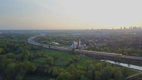 Καμπύλη εθνικών οδών και ορίζοντας της Βαρσοβίας το βράδυ, Πολωνία απόθεμα βίντεο