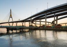 Καμπύλη της γέφυρας αναστολής και του τρόπου ύψους που ανταλλάσσονται στην όχθη ποταμού στο λυκόφως, Μπανγκόκ Ταϊλάνδη Στοκ Εικόνες