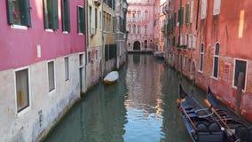 κανάλια Ιταλία Βενετία Γόνδολες κοντά στα κτήρια απόθεμα βίντεο