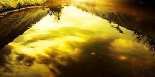 Κανάλια νερού άρδευσης που φωτίζονται από τον ήλιο κατά τη διάρκεια της ημέρας στοκ εικόνες