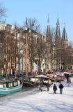 κανάλια ολλανδικά του Άμστερνταμ που παγώνουν πέρα από το πατινάζ Στοκ εικόνες με δικαίωμα ελεύθερης χρήσης