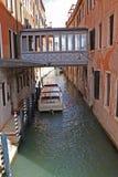 κανάλι γεφυρών πέρα από το venezia Στοκ Εικόνες