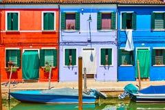 Κανάλι και ζωηρόχρωμα σπίτια σε Burano Στοκ εικόνα με δικαίωμα ελεύθερης χρήσης