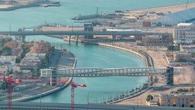 Κανάλι νερού του Ντουμπάι με τη γέφυρα για πεζούς κατά τη διάρκεια του  φιλμ μικρού μήκους