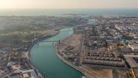 Κανάλι νερού του Ντουμπάι με τη γέφυρα για πεζούς κατά τη διάρκεια του  απόθεμα βίντεο
