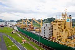 κανάλι που βγαίνει το σκάφος του Παναμά στοκ φωτογραφίες
