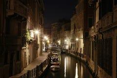 Κανάλι στη Βενετία, Ιταλία, τη νύχτα Στοκ Εικόνα
