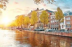 Κανάλι στον ποταμό Amstel σπιτιών του Άμστερνταμ Κάτω Χώρες Στοκ Φωτογραφία