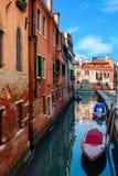 Κανάλι Narow με τις βάρκες στη Βενετία, Ιταλία Στοκ φωτογραφία με δικαίωμα ελεύθερης χρήσης