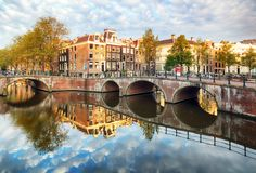 Κανάλι Singel με τα χαρακτηριστικά ολλανδικά σπίτια, Ολλανδία, Κάτω Χώρες του Άμστερνταμ στοκ εικόνες με δικαίωμα ελεύθερης χρήσης